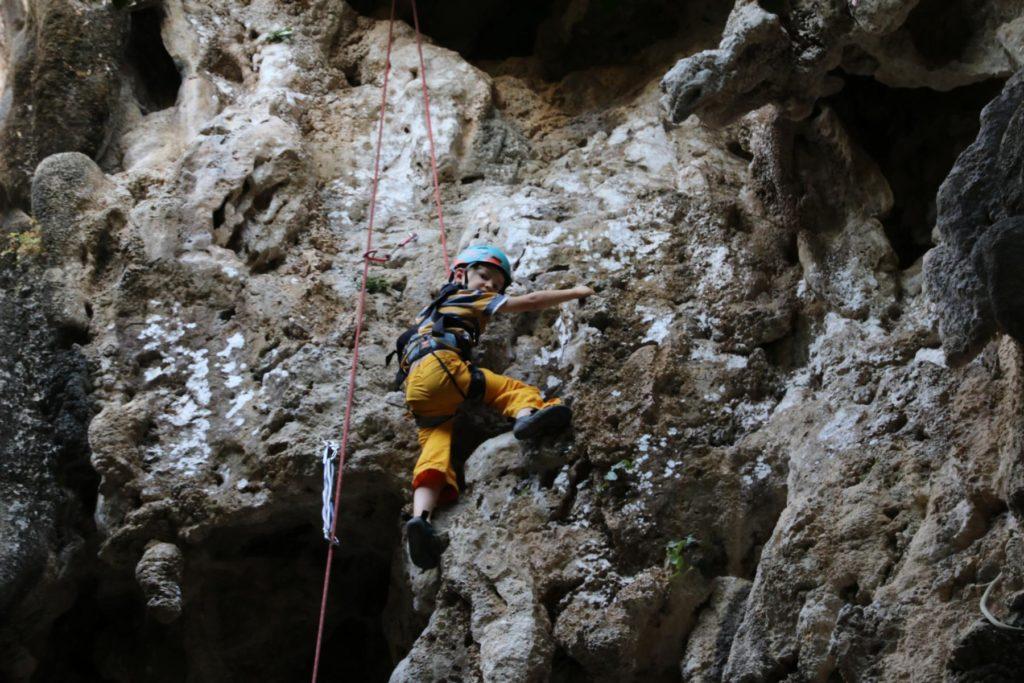 Tim klettert nahaufnahme